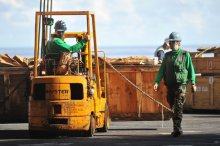 Pracownicy pracują za pomocą wózka widłowego